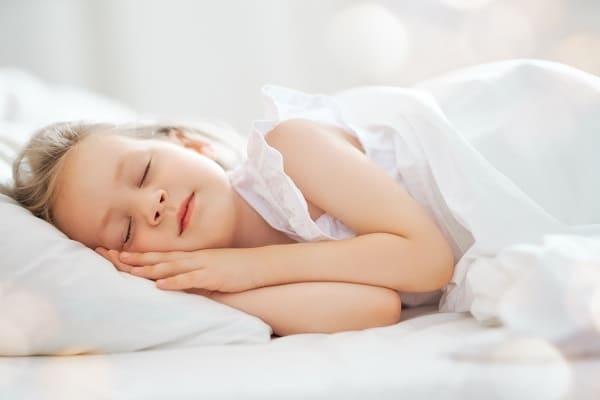 dziecko spiace w lozku